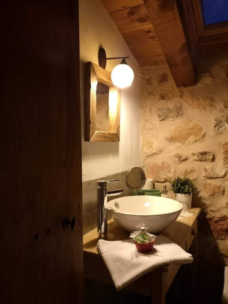 Habitación-morada-baño